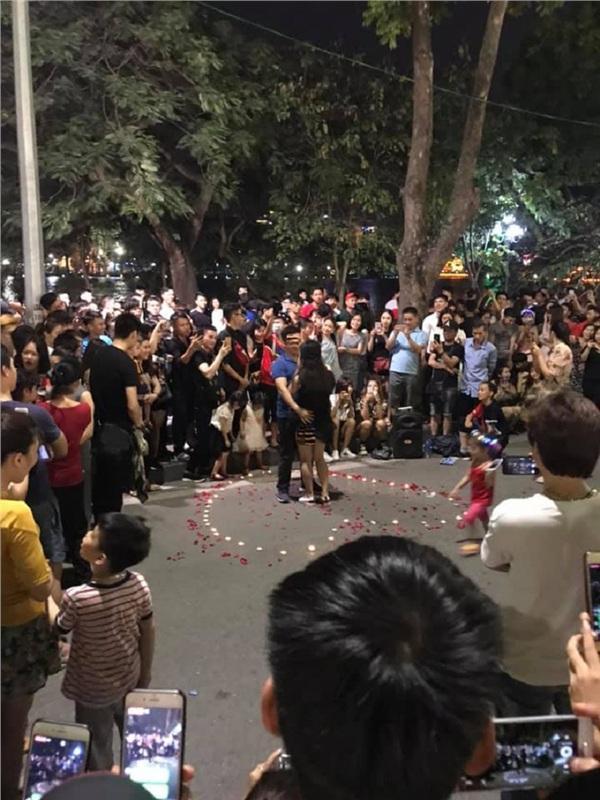 Tỏ tình thành công ở phố đi bộ, chàng trai trẻ bị ném đá vì làm lộ phần nhạy cảm của bạn gái-2