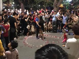 Tỏ tình thành công ở phố đi bộ, chàng trai trẻ bị 'ném đá' vì làm lộ phần nhạy cảm của bạn gái