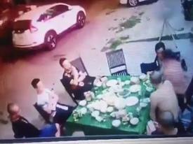 Video: Hơn 20 côn đồ hung hãn vung dao chém nhóm người đang ngồi nhậu