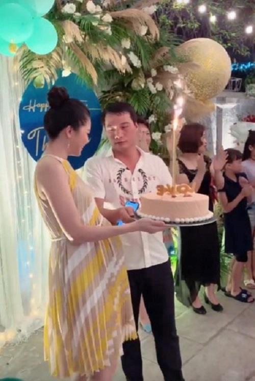 Á hậu Thanh Tú lộ rõ mồn một bụng bầu vượt mặt trong tiệc sinh nhật tuổi 25-1