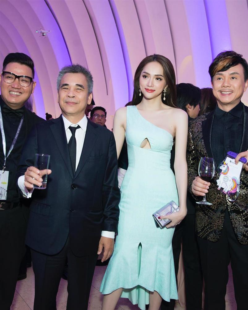 Ngồi cùng bàn, HHen Niê và Nhã Phương diện váy trễ vai cũng không sexy bằng Hương Giang mặc đầm khoét ngực táo bạo-4