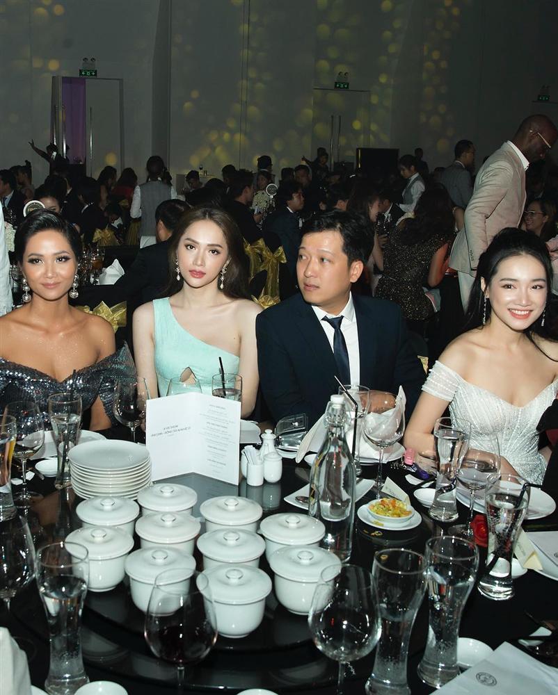 Ngồi cùng bàn, HHen Niê và Nhã Phương diện váy trễ vai cũng không sexy bằng Hương Giang mặc đầm khoét ngực táo bạo-5