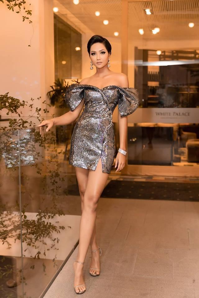 Ngồi cùng bàn, HHen Niê và Nhã Phương diện váy trễ vai cũng không sexy bằng Hương Giang mặc đầm khoét ngực táo bạo-2