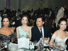 Ngồi cùng bàn, H'Hen Niê và Nhã Phương diện váy trễ vai cũng không sexy bằng Hương Giang mặc đầm khoét ngực táo bạo