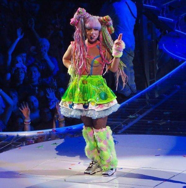 Khi không biết nhiều tiền để làm gì, loạt Idol thế giới đã thuê người làm những việc kì quái bậc nhất-6