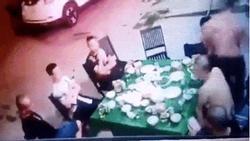 Clip: Kinh hoàng nhìn 20 tên côn đồ hung hãn vác dao chém nhóm người đang ăn nhậu