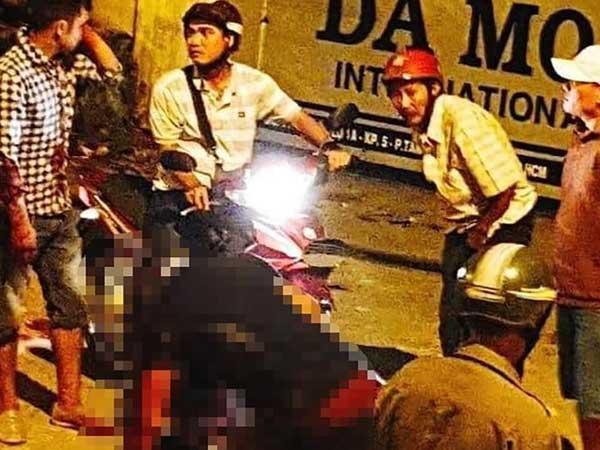Sau ẩu đả, người đàn ông bị đâm gục chết trên xe máy-1