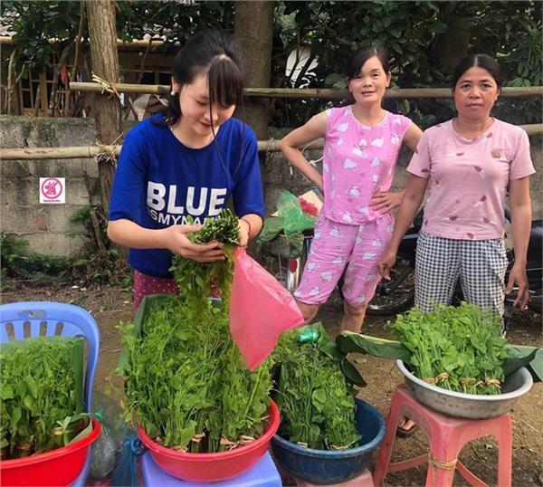 Đầu tuần, cô bé bán rau rừng duyên ơi là duyên khiến dân mạng xôn xao tìm danh tính-1