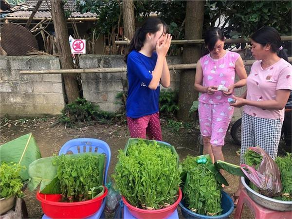 Đầu tuần, cô bé bán rau rừng duyên ơi là duyên khiến dân mạng xôn xao tìm danh tính-2