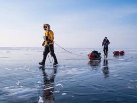 Đi bộ ngắm cảnh siêu thực trên mặt hồ nước ngọt Baikal