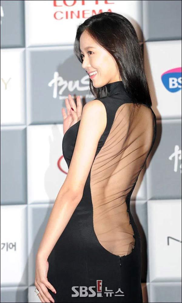 2 bộ váy hở hang nổi tiếng của mỹ nữ Hàn khiến quan khách muốn mang áo che lại-4
