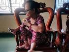 Bà mẹ U60 bị con gái 'bóc phốt' làm cháy đen cả nồi ngô luộc chỉ vì mải 'sống ảo' trên điện thoại