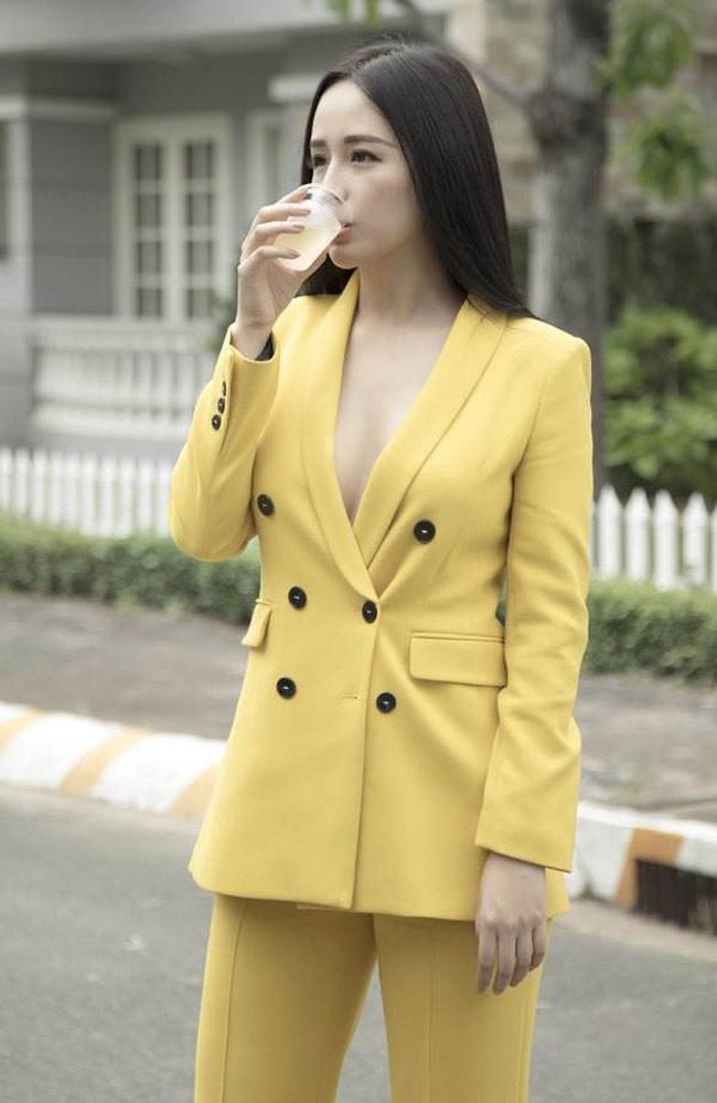 Mai Phương Thúy, Phi Thanh Vân... có mặc phản cảm khi cúng tổ nghề?-1