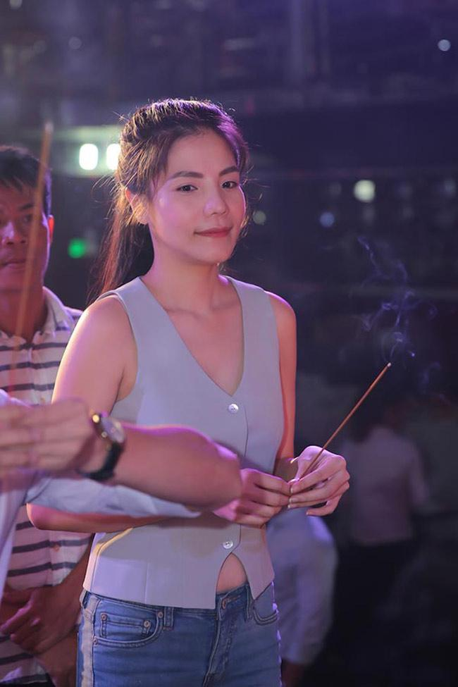 Mai Phương Thúy, Phi Thanh Vân... có mặc phản cảm khi cúng tổ nghề?-12