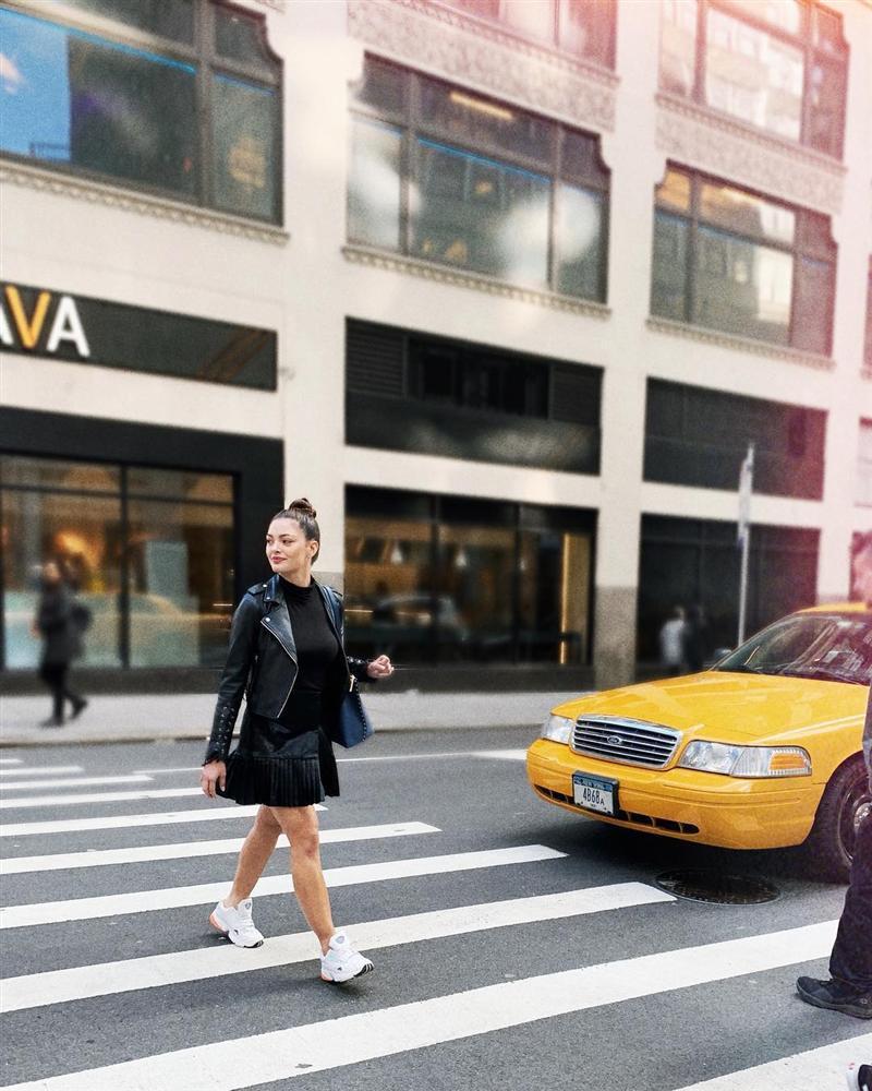 Sải bước trên phố, Hoa hậu Hoàn vũ 2017 khiến ai nấy hết hồn với chiều cao ngang ngửa danh hài Việt Hương-1