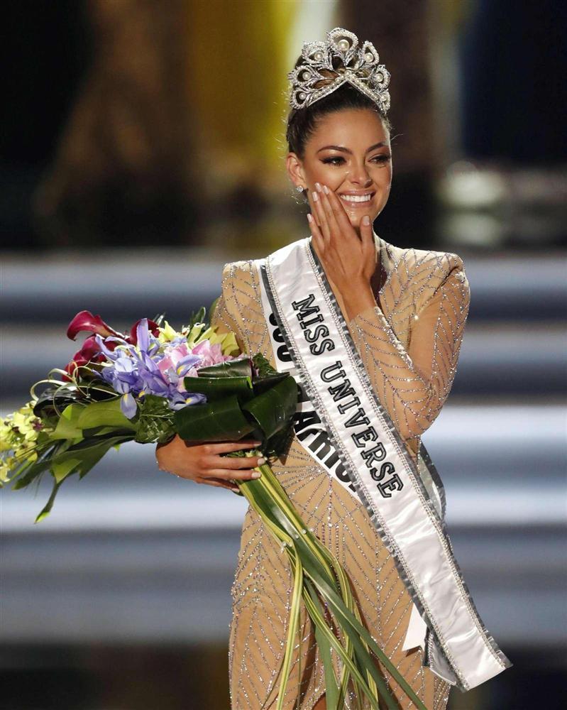 Sải bước trên phố, Hoa hậu Hoàn vũ 2017 khiến ai nấy hết hồn với chiều cao ngang ngửa danh hài Việt Hương-3