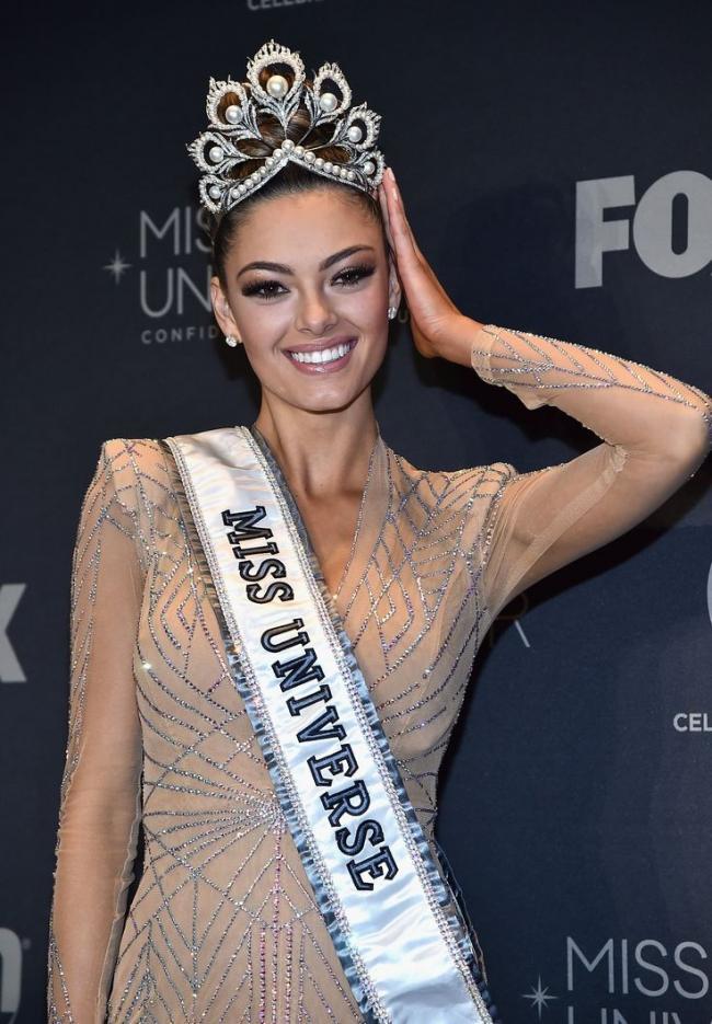 Sải bước trên phố, Hoa hậu Hoàn vũ 2017 khiến ai nấy hết hồn với chiều cao ngang ngửa danh hài Việt Hương-4