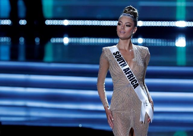 Sải bước trên phố, Hoa hậu Hoàn vũ 2017 khiến ai nấy hết hồn với chiều cao ngang ngửa danh hài Việt Hương-6