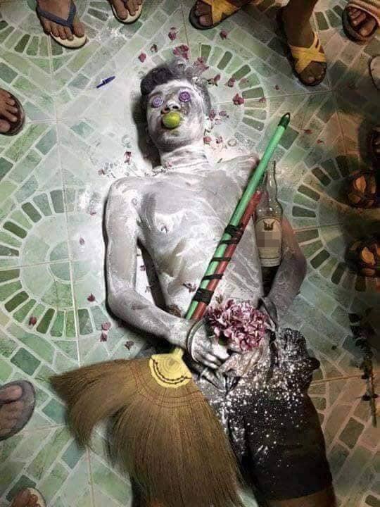 Hú hồn hú vía với nhóm bạn trẻ khỏa thân nằm la liệt trên nền nhà như vừa xảy ra một vụ án mạng kinh hoàng-4