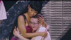 Lỡ dại nhường mic cho fan, Nicki Minaj tiu nghỉu nhìn anh chàng giành đất chiếm trọn spotlight