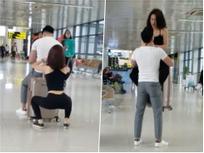 Ngỡ ngàng với cặp đôi hồn nhiên squat, tập gym ngay tại sân bay Nội Bài