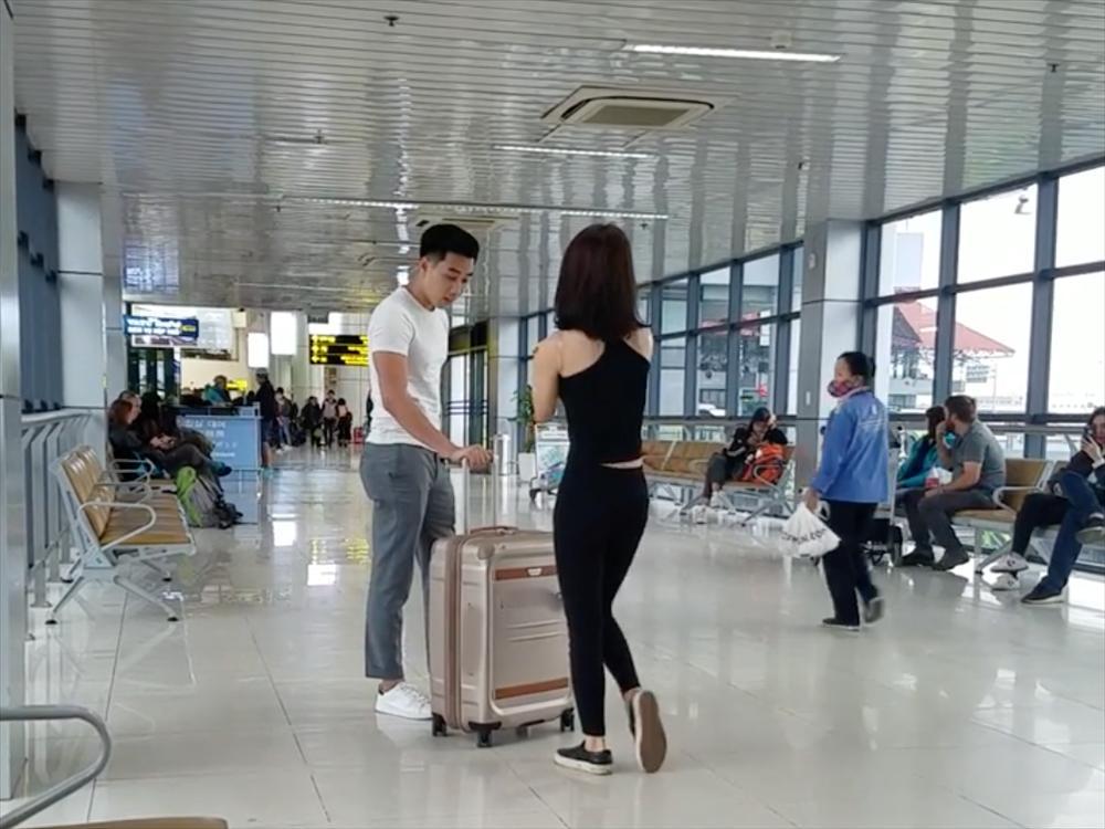 Ngỡ ngàng với cặp đôi hồn nhiên squat, tập gym ngay tại sân bay Nội Bài-1