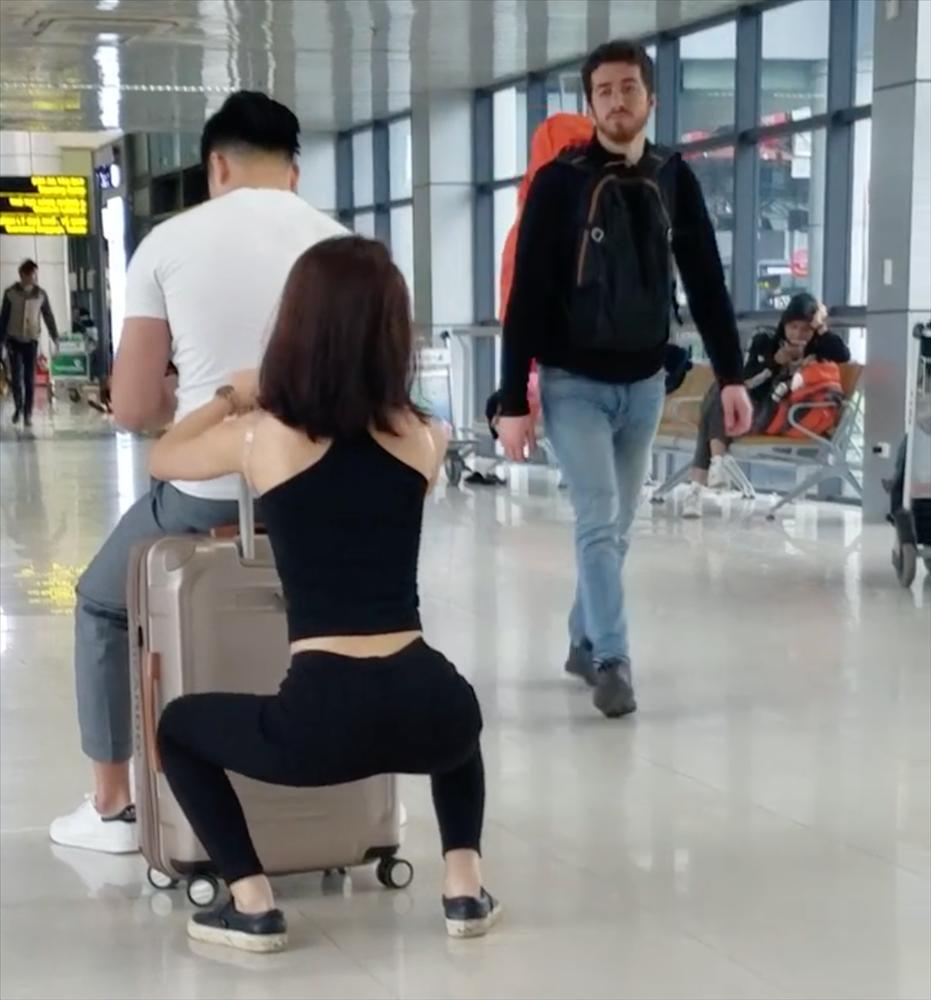 Ngỡ ngàng với cặp đôi hồn nhiên squat, tập gym ngay tại sân bay Nội Bài-2