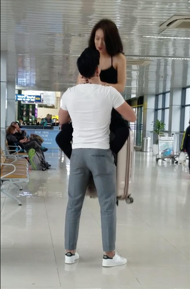 Ngỡ ngàng với cặp đôi hồn nhiên squat, tập gym ngay tại sân bay Nội Bài-3
