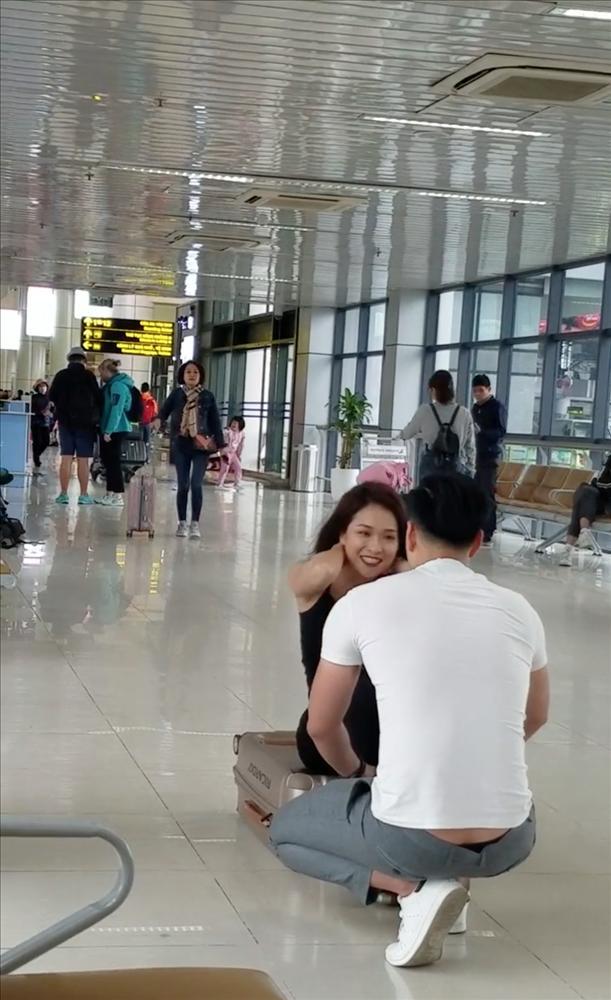Ngỡ ngàng với cặp đôi hồn nhiên squat, tập gym ngay tại sân bay Nội Bài-4