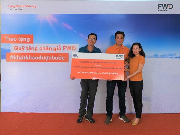Bảo hiểm FWD trao Quỹ tặng chân giả cho người khuyết tật-1