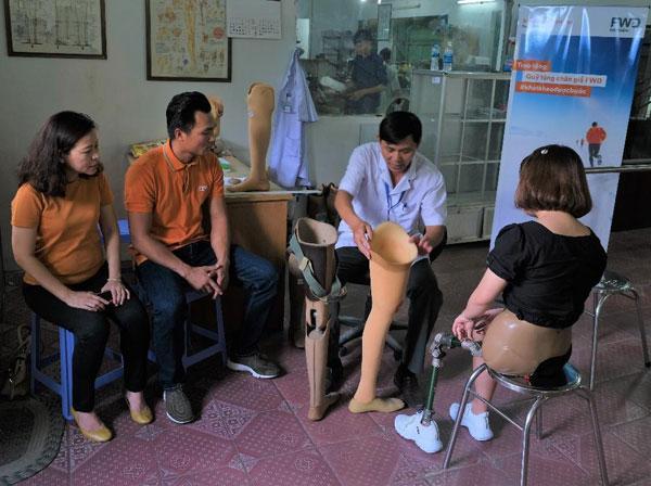 Bảo hiểm FWD trao Quỹ tặng chân giả cho người khuyết tật-3