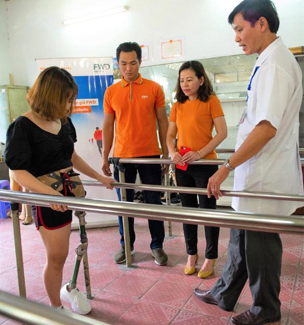 Bảo hiểm FWD trao Quỹ tặng chân giả cho người khuyết tật-4