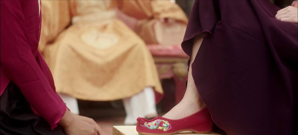 Chi Pu nói gì khi MV mới bị bóc mẽ đầu voi đuôi chuột: Chải đầu bằng lược bí lại còn dập tóc xuyên không, chân phải thử giày nhưng gọt nhầm mất gót chân trái-4
