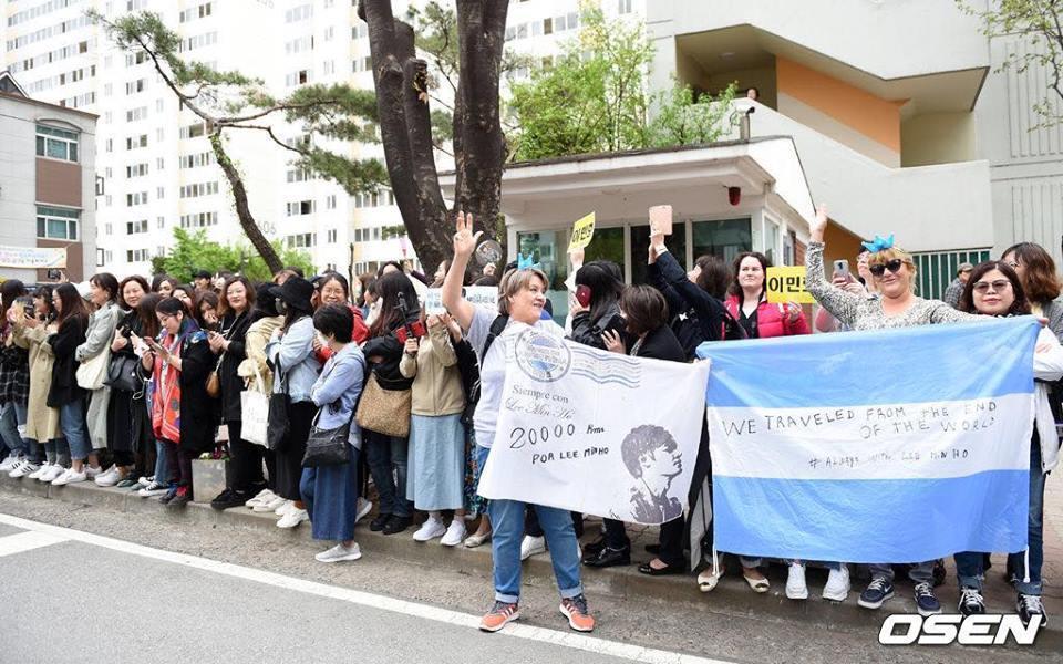 Kim Tan Lee Min Ho xuất ngũ, fan đứng chật kín hai bên đường mừng thần tượng comeback-11