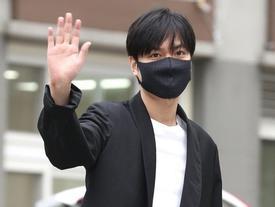 'Kim Tan' Lee Min Ho xuất ngũ, fan đứng chật kín hai bên đường mừng thần tượng comeback