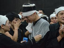 Con trai khóc ngất, mẹ già ngã quỵ bên linh cữu của nữ lao công bị ô tô điên tông chết ở Hà Nội khiến ai cũng xót xa