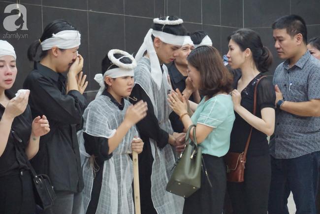 Con trai khóc ngất, mẹ già ngã quỵ bên linh cữu của nữ lao công bị ô tô điên tông chết ở Hà Nội khiến ai cũng xót xa-12