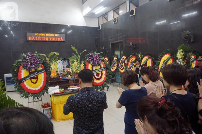Con trai khóc ngất, mẹ già ngã quỵ bên linh cữu của nữ lao công bị ô tô điên tông chết ở Hà Nội khiến ai cũng xót xa-13