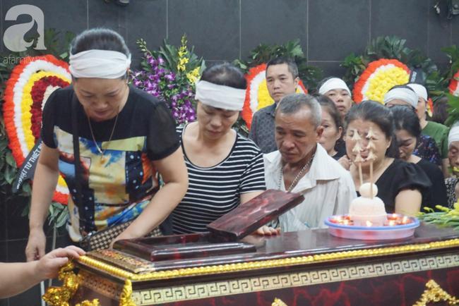 Con trai khóc ngất, mẹ già ngã quỵ bên linh cữu của nữ lao công bị ô tô điên tông chết ở Hà Nội khiến ai cũng xót xa-16