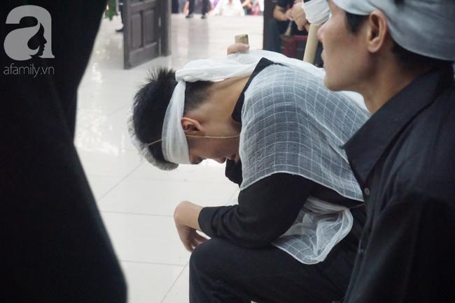 Con trai khóc ngất, mẹ già ngã quỵ bên linh cữu của nữ lao công bị ô tô điên tông chết ở Hà Nội khiến ai cũng xót xa-17