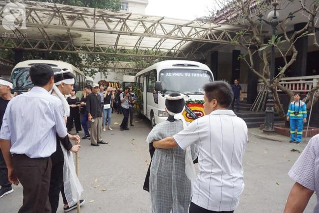 Con trai khóc ngất, mẹ già ngã quỵ bên linh cữu của nữ lao công bị ô tô điên tông chết ở Hà Nội khiến ai cũng xót xa-19