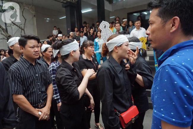 Con trai khóc ngất, mẹ già ngã quỵ bên linh cữu của nữ lao công bị ô tô điên tông chết ở Hà Nội khiến ai cũng xót xa-21