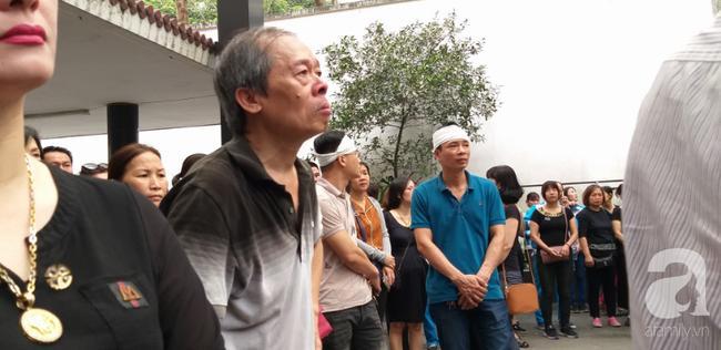 Con trai khóc ngất, mẹ già ngã quỵ bên linh cữu của nữ lao công bị ô tô điên tông chết ở Hà Nội khiến ai cũng xót xa-22