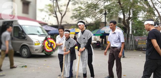 Con trai khóc ngất, mẹ già ngã quỵ bên linh cữu của nữ lao công bị ô tô điên tông chết ở Hà Nội khiến ai cũng xót xa-24