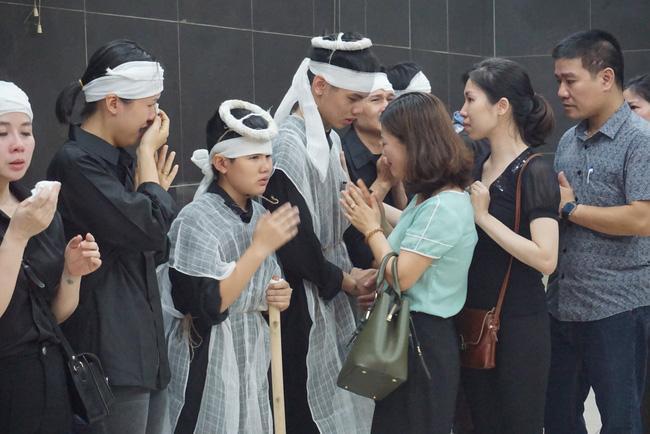 Con trai khóc ngất, mẹ già ngã quỵ bên linh cữu của nữ lao công bị ô tô điên tông chết ở Hà Nội khiến ai cũng xót xa-4