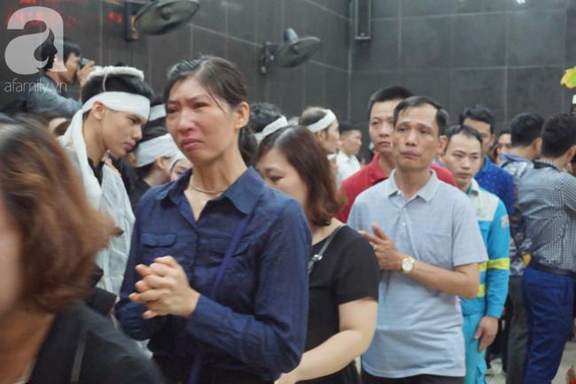 Con trai khóc ngất, mẹ già ngã quỵ bên linh cữu của nữ lao công bị ô tô điên tông chết ở Hà Nội khiến ai cũng xót xa-5