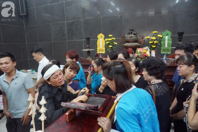Con trai khóc ngất, mẹ già ngã quỵ bên linh cữu của nữ lao công bị ô tô điên tông chết ở Hà Nội khiến ai cũng xót xa-7