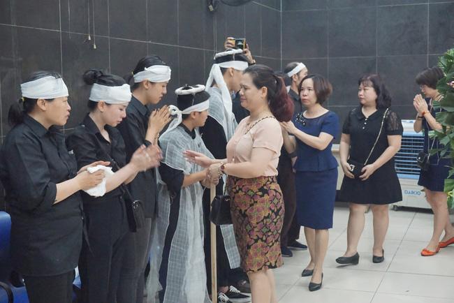 Con trai khóc ngất, mẹ già ngã quỵ bên linh cữu của nữ lao công bị ô tô điên tông chết ở Hà Nội khiến ai cũng xót xa-8