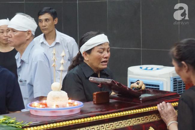Con trai khóc ngất, mẹ già ngã quỵ bên linh cữu của nữ lao công bị ô tô điên tông chết ở Hà Nội khiến ai cũng xót xa-9