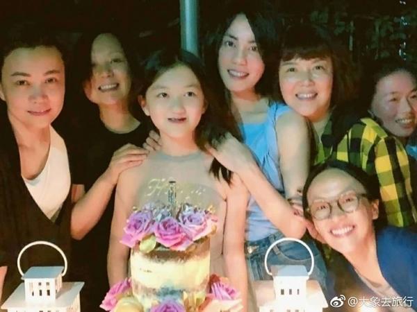 Hai con gái Vương Phi bỏ học, công khai đồng tính và sống đời sang chảnh-6